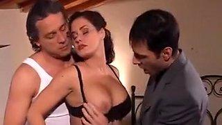 Une doublette d'enfer avec une italienne sensuelle en campagne