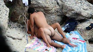 Beach voyeur finds a horny amateur couple having hot sex