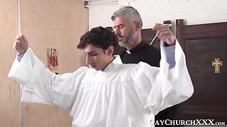Religious daddy has fun with twink before barebacking him