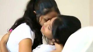 Cuties tries their first lesbo