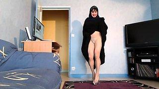 Seductive brunette mom flashes her fabulous body on webcam